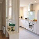 Banc claustra sur mesure en séparation entrée et cuisine