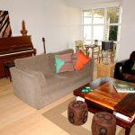 salon aux couleurs naturelles et bois parquet massif en chêne brossé La Parqueterie Nouvelle