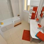 salle de bain spacieuse et fonctionnelle